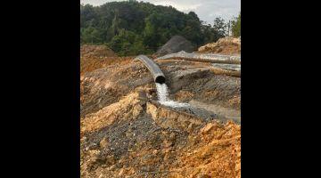 DEKA DISAMBUNG: Batang paip ke putus di simpang Pusa, Betong benung disambung kunteriktor projek Jalai Besai Pan Borneo.