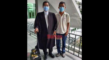 BEBAS: Chua (kanan) bersama peguamnya Jacob selesai prosiding di Mahkamah Tinggi Sibu semalam.