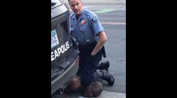 MENANG ANUGERAH: Gambar pegun diambil daripada video bertarikh 25 Mei, 2020 yang dirakam oleh Darnella Frazer melalui Facebook menunjukkan saat pegawai  polis Minneapolis, Minnesota Derek Chauvin menangkap George Floyd. — Gambar AFP