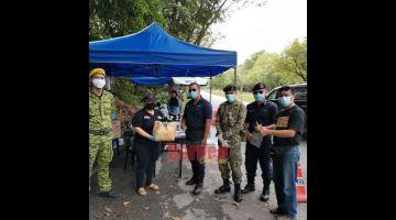 PEMERI: Pengari PEDAS Bintulu (dua kiba) nyuaka bantu ngagai pengari penerima ba sebuah pos palan operasyen di Bintulu kemari.
