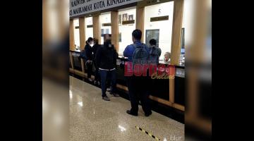 TERTUDUH: Mohd Daffy semasa melakukan pembayaran jaminan di Mahkamah Kota Kinabalu di sini semalam.