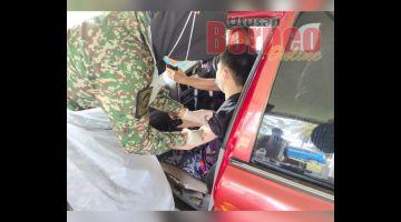 VAKSIN: Salah seorang anak anggota menerima suntikan vaksin secara pandu lalu di Kem Lok Kawi di sini.