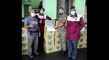 Pahot (dua kanan) menunjukkan kotak makanan yang telah di agihkan kepada persatuan-persatuan yang bernaung di bawah JHEV ATM Sarawak.