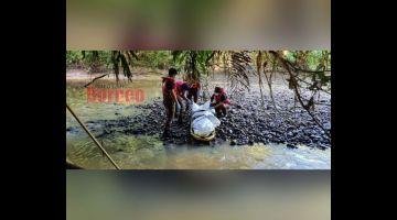 JUMPA: Mayat mangsa ditemukan di tebing sungai oleh orang awan kira-kira jam 7.52 pagi.