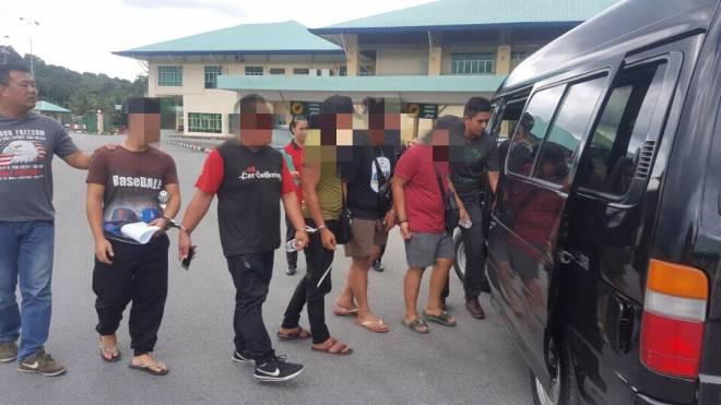 Kesemua suspek yang ditahan dibawa masuk menggunakan kenderaan polis.